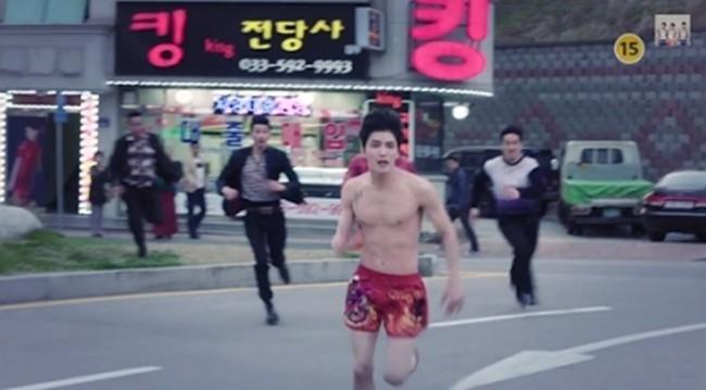Ngay từ khi tung teaser, bộ phim đã khiến fan hâm mộ của thành viên nhóm JYJ háo hức bởi hình ảnh Jaejoong bị đuổi bắt trong tình trạng chỉ mặc một chiếc quần trong.