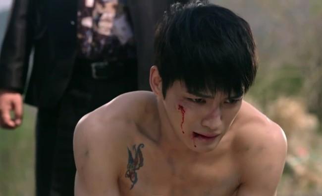 Trong tập 2, cảnh phim Jang Dong Chul do Kim Jaejoong đóng suýt bị chôn sống vì có ngoại tình với vợ của đại ca xã hội đen cũng được xem là tình tiết hấp dẫn hiếm hoi của Triangle.