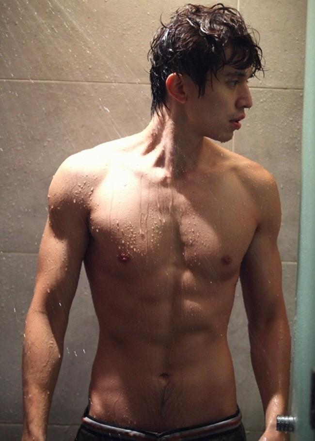 Cảnh tắm nóng bỏng của Lee Dong Wook trong phim cũng không khỏi hấp dẫn fan nữ.