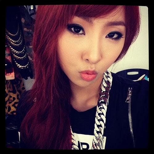 """Minzy (2NE1) khoe hình tâm trạng """"đang yêu"""" với nội dung: """"Hãy gửi cho tôi tình yêu đi nào"""""""