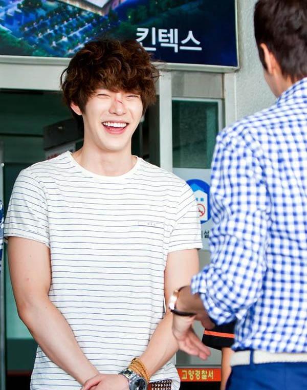 Kim Woo Bin đóng vai cậu học trong trong phim A Gentleman's Dignity