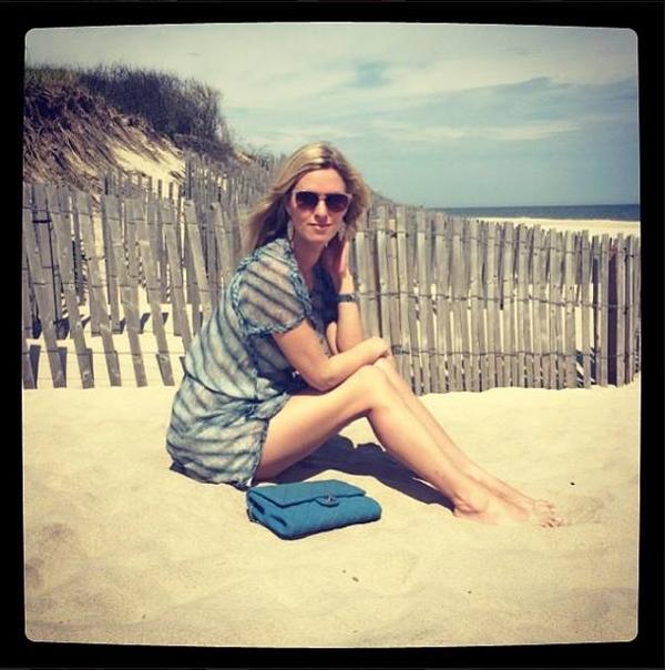 Nicky Hilton tránh nóng ở một bãi biển vắng người