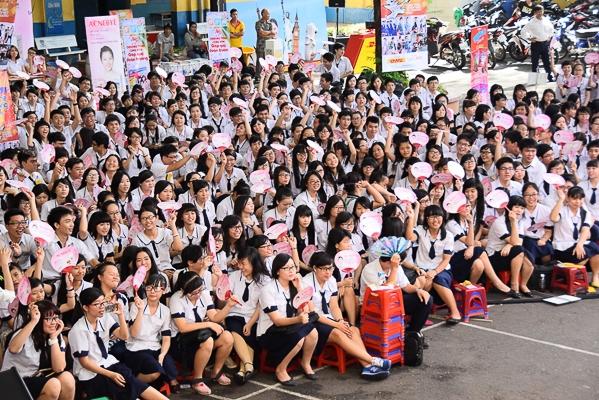 Hàng trăm chiếc quạt tay Acnebye đã được tặng cho các bạn học sinh