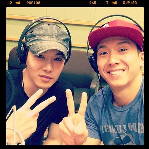 Hwanhee khoe ảnh cùng Brian tham gia radio của đài KBS