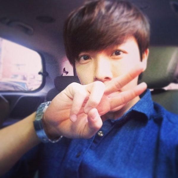 Donghae chào ngày mới bằng hình tự sướng với hình ảnh lịch lãm
