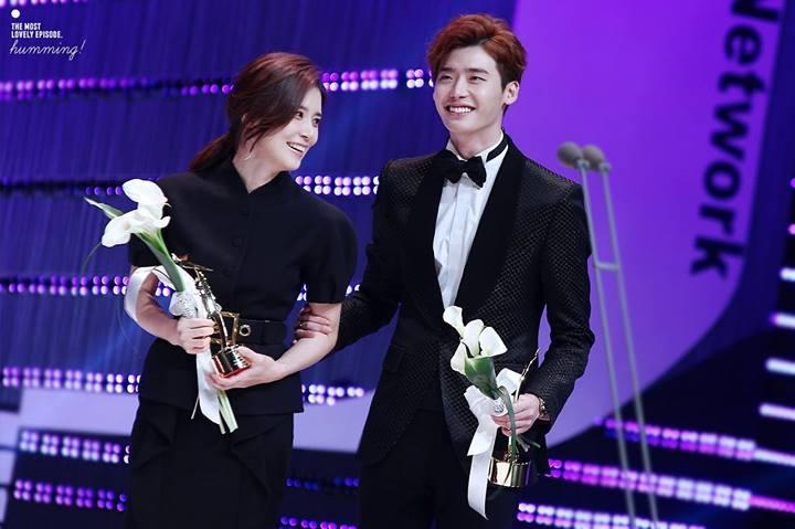 Lee Jong Suk luôn bên cạnh Lee Bo Young trong những lần nhận giải thưởng cho I Hear Your Voice