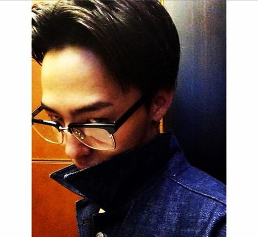 """G-Dragon khoe hình tạo dáng """"kinh dị"""" với nội dung: """"Buồn ngủ quá nhưng tôi vẫn phải làm việc"""""""