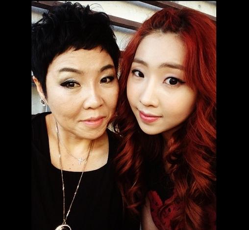 Minzy khoe hình chụp cùng mẹ