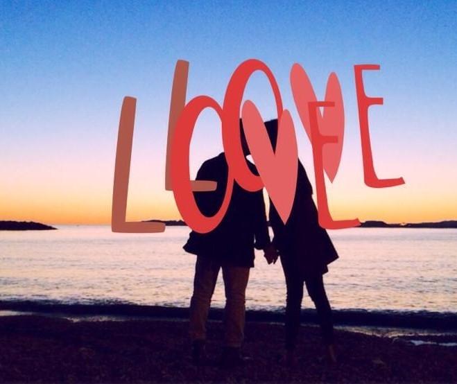 """Hồi đầu tháng 5, Dương Mỹ Linh khoe khoảnh khắc khóa môi bạn trai trên biển, tuy nhiên, cô lại khéo léo lồng ghép chữ """"Love"""" để che đi gương mặt, khiến người hâm mộ tò mò. - Tin sao Viet - Tin tuc sao Viet - Scandal sao Viet - Tin tuc cua Sao - Tin cua Sao"""