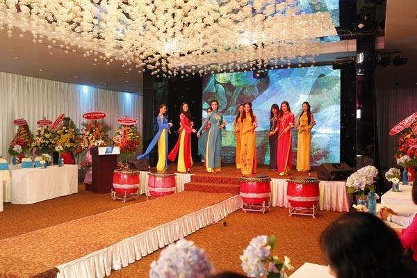 Trong chương trình, ngoài những nghi thức quan trọng của buổi lễ ra mắt, bộ sưu tập áo dài mới nhất của Nhà thiết kế Thuận Việt đã được các thí sinh của Nữ sinh Việt Nam duyên dáng 2013 trình diễn trên nền nhạc mang âm hưởng dân tộc.