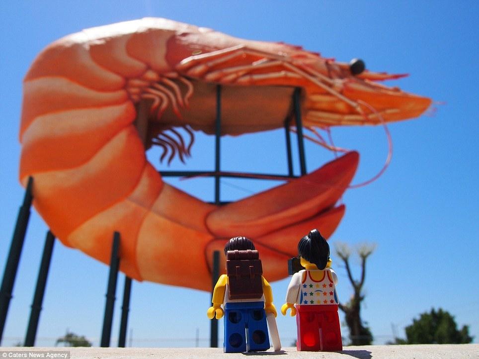 Cặp đôi lego tại Big Prawn ở Ballina, bang New South Wales, Úc