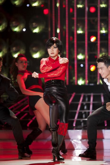 """Giọng hát và vũ đạo đều rất nhẹ nhàng trong bài hát khiến Vy Oanh dễ dàng thể hiện tiết mục. Vy Oanh cho biết """"Vy Oanh phải luyện tập rất nhiều để nhảy được những động tác đặc trưng của các bài hát Hàn Quốc. Hôm nay biểu diễn cho các khán giả xem mình phải cố tươi tỉnh chứ bên trong rệu rạo hết rồi"""""""