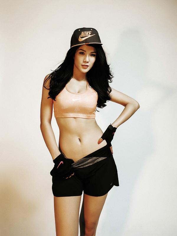 """Quán quân """"Cuộc đua kỳ thú 2013"""" mặc trang phục thể thao năng động, khoe vòng hai thon gọn, săn chắc."""