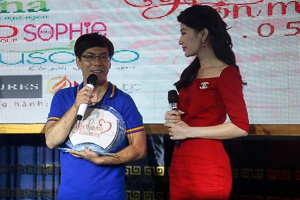 Các khách mời cũng đã tham gia đấu giá bức tranh cát Yêu thương bốn mùa với chữ ký của các ngôi sao nổi tiếng trong showbiz.