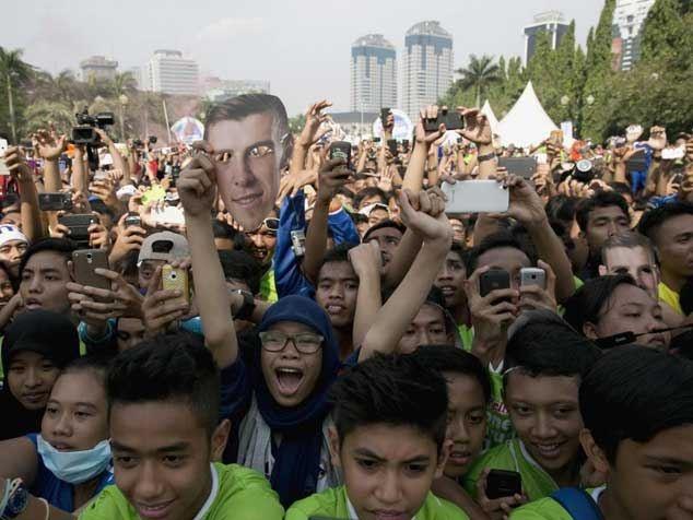 Các cổ động viên tại Indonesia chào đón Bale - Ảnh: Reuters