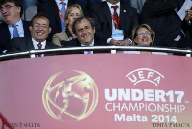 Ông Platini (giữa) bị tình nghi là đã nhận hối lộ từ phía Qatar để bỏ phiếu cho việc quốc gia này giành quyền đăng cai World Cup 2022. Ảnh: Reuters