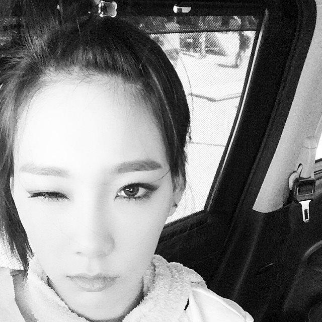 """Taeyeon khoe hình """"mắt nhắm mắt mở"""" với nội dung: """"Mình muốn biến thành con cá. Bởi vì trời nóng quá nên mình muốn sống trong nước"""""""