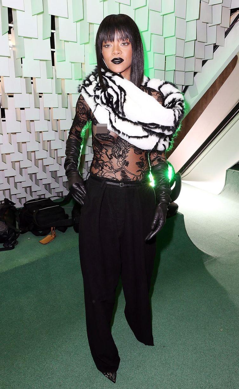 Rihanna có mặt tại tuần lễ thời trang Paris với chiếc áo không thể nào ấn tượng hơn.