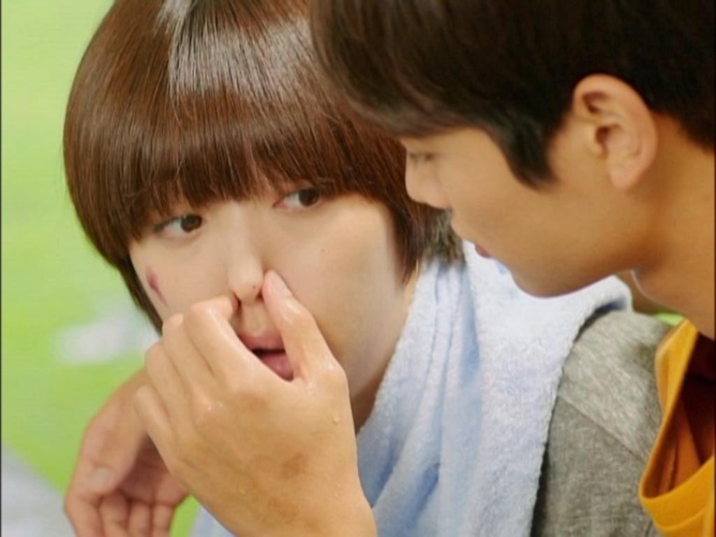 Lúc đầu, Jae Hee thì tỏ ra ngượng ngùng khi được Tae Joon đề nghị được trở thành cánh tay của cô và giúp cô rửa mặt buổi sáng với suy nghĩ Tae Joon không biết mình là con trai