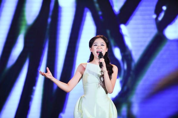 """Với vai trò ca sĩ khách mời đặc biệt của chương trình, Văn Mai Hương đã xuất hiện trong trang phục high fashion của nhà thiết kế Phương My, tạo được ấn tượng về sự sang trọng và quyến rũ. Cô thể hiện ca khúc """"Hát cho hành tinh xanh"""". - Tin sao Viet - Tin tuc sao Viet - Scandal sao Viet - Tin tuc cua Sao - Tin cua Sao"""