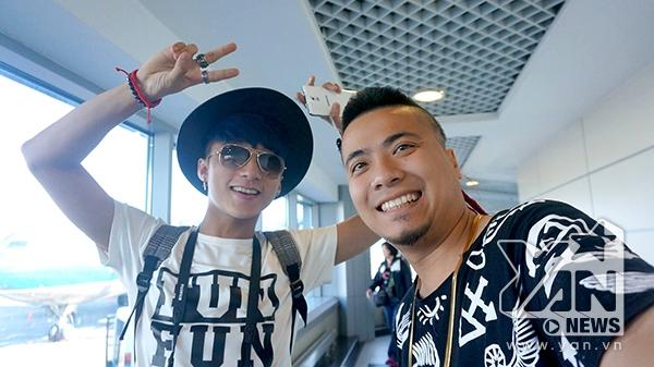 DJ Wang chụp hình lưu niệm cùng hai học trò cưng của nhạc sĩ Huy Tuấn - Tin sao Viet - Tin tuc sao Viet - Scandal sao Viet - Tin tuc cua Sao - Tin cua Sao