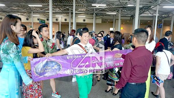 Danh hài Quang Thắng cầm trên tay băng-rôn chào mừng đoàn nghệ sĩ Việt Nam tại sân bay Mat-xco-va - Tin sao Viet - Tin tuc sao Viet - Scandal sao Viet - Tin tuc cua Sao - Tin cua Sao