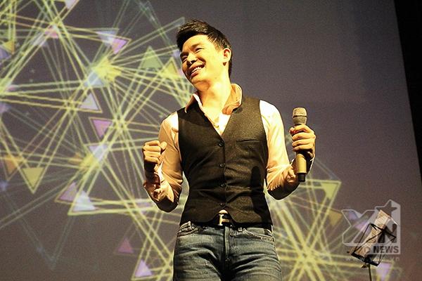 """Là một người đa tài, Nathan Lee """"liều mình"""" thể hiện phong cách nhạc dance khi hát ca khúc Hot - được khán giả yêu mến qua giọng hát của Thu Minh, ca khúc này do chính anh viết lời. - Tin sao Viet - Tin tuc sao Viet - Scandal sao Viet - Tin tuc cua Sao - Tin cua Sao"""