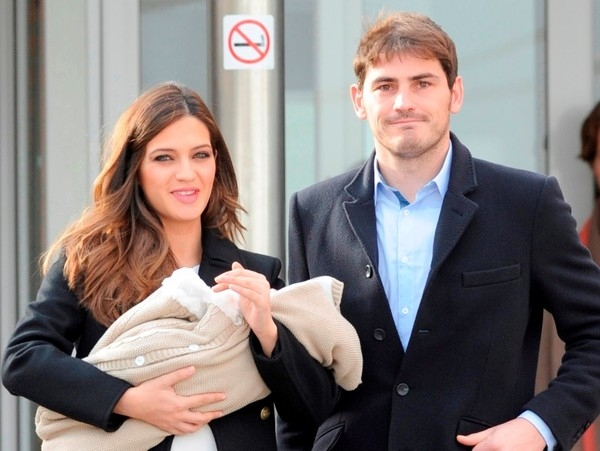 Casillas và Carbonero trong ngày đón con trai Martin về nhà.