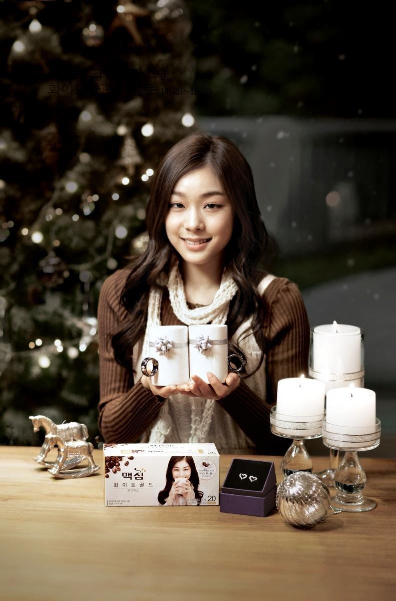 Kim Yuna đã chính thức từ giã trượt băng nghệ thuật sau kì Olympic Sochi nhưng trên lãnh vực quảng cáo,cô ấy vẫn tỏa sáng và là tên tuổi được rất nhiều nhãn hàng yêu thích nhưMaxim, E1 , Prospecs , Samsung , Saffron , J.Estina..Cũng như Lee Seung Gi,những tin đồn hẹn hò gần đây vẫn không hề ảnh hưởng đến vị trí của Kim Yuna trong lòng công chúng Hàn Quốc.