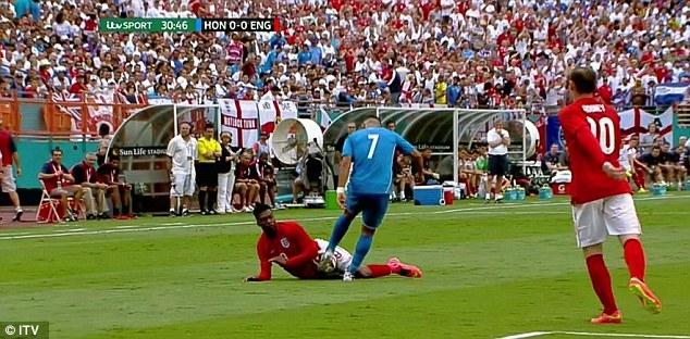 Tình huống Sturridge bị Izaguirre phạm lỗi, dẫn đến thẻ đỏ của tiền vệ người Honduras