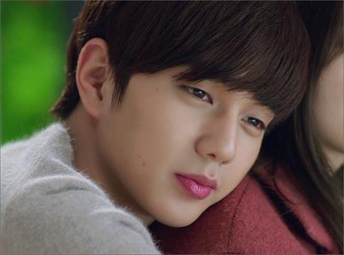 Yoo Seung Ho hút hồn fan bởi vẻ lãng tử, dễ thương của mình. Đôi môi căng mọng, thường xuyên được điểm son của anh chàng là điều mà bao cô gái mơ ước.