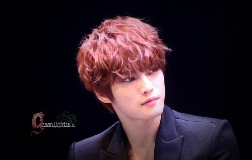 Một gương mặt thon gọn, ánh mắt sắc lạnh cùng đôi môi đỏ chót tự nhiên là vũ khí vô cùng lợi hại của Jaejoong. Đôi môi gợi cảm cũng là phần mà Jaekoong tự tin nhất. Vì vậy, anh chàng thường xuyên có thói quen cắn môi.
