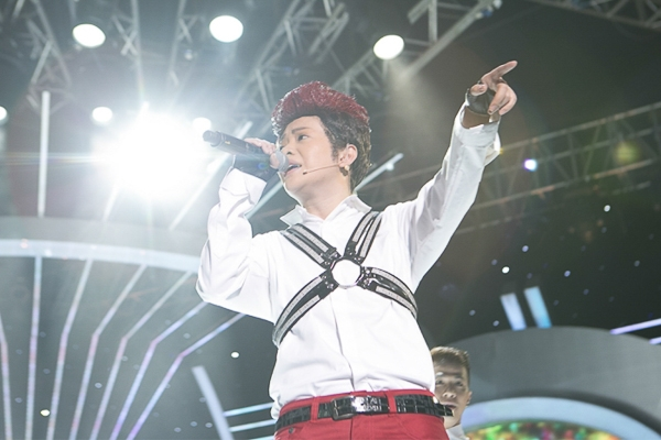 Mi-A là người mở đầu show 11 khi hóa thân thành Noo Phước Thịnh.