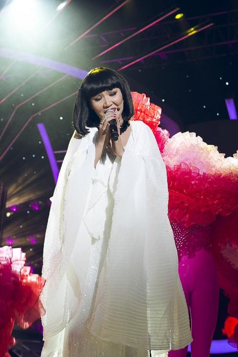 Cô còn được Cẩm Vân cho mượn chính trang phục của mình để biểu diễn. Quả thật, tiết mục của Ngân Quỳnh đã thật sự thuyết phục được khán giả và người xem.
