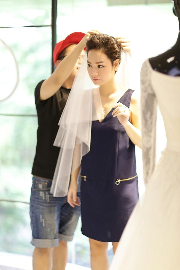 Tin tưởng vào tay nghề và tài năng của Chung Thanh Phong, Trà My đã giao hết cho anh trọng trách về trang phục cô sẽ mặc trong lễ cưới. - Tin sao Viet - Tin tuc sao Viet - Scandal sao Viet - Tin tuc cua Sao - Tin cua Sao