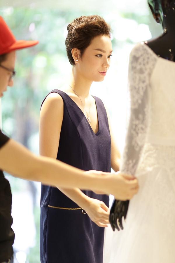 Chung Thanh Phong chia sẻ, anh xem Trà My như cô em gái nên dành rất nhiều tâm huyết cho bộ váy cưới của cô trong ngày trọng đại. - Tin sao Viet - Tin tuc sao Viet - Scandal sao Viet - Tin tuc cua Sao - Tin cua Sao