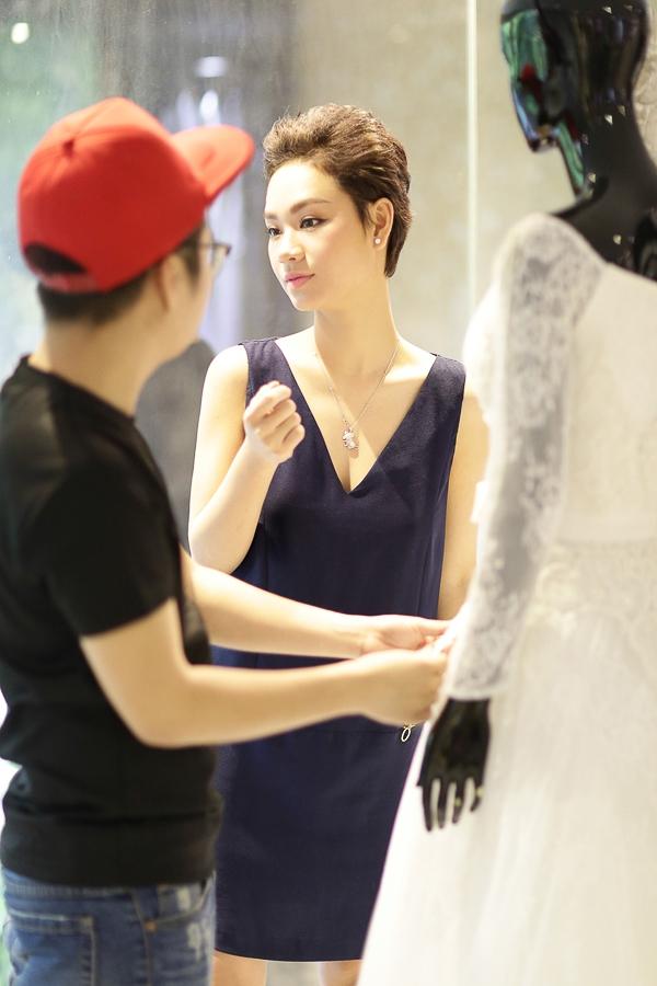 Váy cưới của Trà My được Chung Thanh Phong vẽ mẫu và thiết kế riêng, phù hợp với vóc dáng và cá tính của cô. - Tin sao Viet - Tin tuc sao Viet - Scandal sao Viet - Tin tuc cua Sao - Tin cua Sao