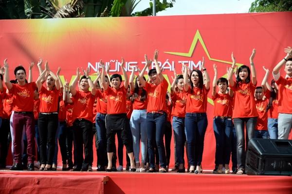 """Tinh thần của dự án Những trái tim Việt Nam là """"Cùng chung niềm tin – Vững vàng ý chí"""" cũng chính là thông điệp mà ê kíp thực mong muốn tất cả những người Việt Nam cùng đoàn kết, mạnh mẽ vượt qua mọi khó khăn như những những gì các thế hệ trước đây đã làm được. - Tin sao Viet - Tin tuc sao Viet - Scandal sao Viet - Tin tuc cua Sao - Tin cua Sao"""
