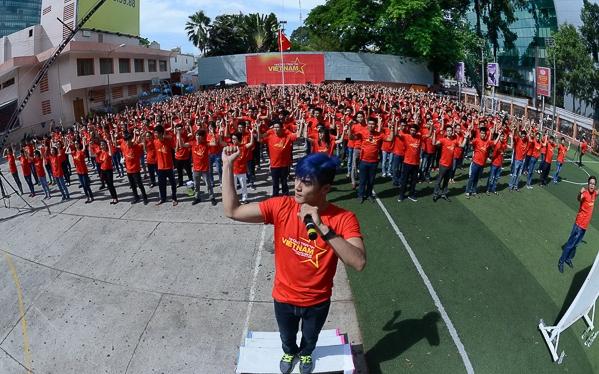 Dự án Những trái tim Việt Nam do Nhà văn hóa Thanh Niên TPHCM và Gala Nhạc Việt phối hợp thực hiện đã quy tựu 100 nghệ sỹ,1000 sinh viên của 8 trường đại học, cao đẳng tại TP.HCM và 300 người hâm mộ của Fan Club một số văn nghệ sỹ. - Tin sao Viet - Tin tuc sao Viet - Scandal sao Viet - Tin tuc cua Sao - Tin cua Sao