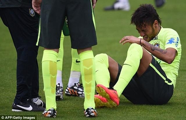 Neymar nhăn nhó vì đau đớn