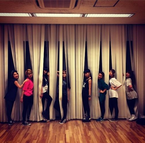 BoA nhí nhảnh tạo dáng chụp hình cùng nhóm nhảy