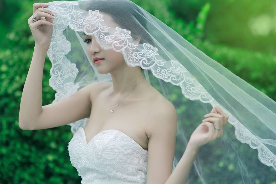"""Một cặp đôi khác cũng rục rịch có tin vui là """"nhà"""" anh Hai Lam Trường khi Yến Phương bất ngờ khoe ảnh làm cô dâu xinh xắn"""