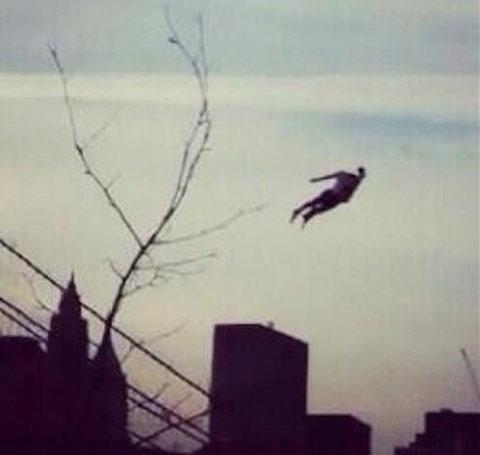 Van Persie như một siêu anh hùng bay lượn trên bầu trời...