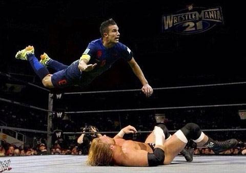 Van Persie bay người ha gục một võ sỹ trên sàn đấu vật