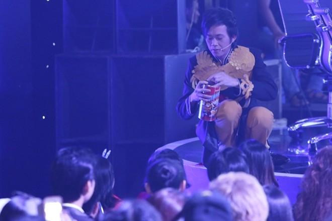 Trong thời gian giải lao, Hoài Linh đã rời khỏi ghế nóng đến khu vực khán giả. Anh được khán giả tiếp tế cho một ít đồ ăn nhẹ để tiếp tục quay hình.