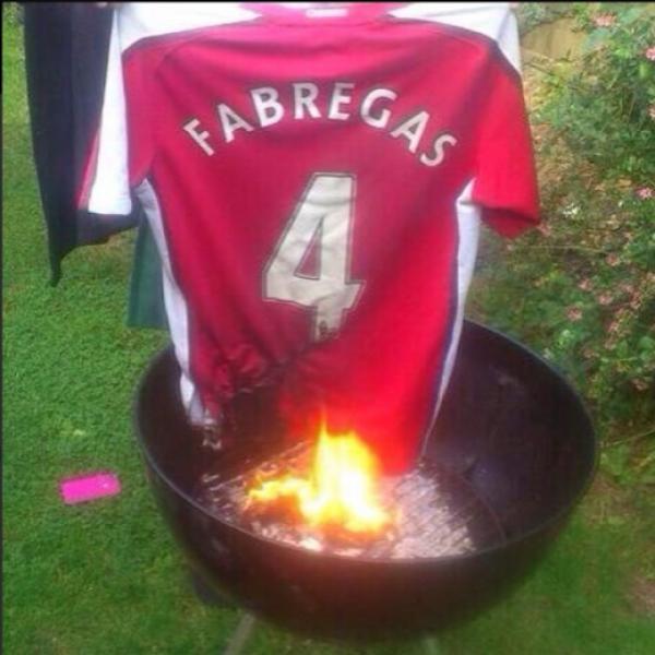 Cổ động viên Arsenal đốt áo Fabregas. (Nguồn: Marca)
