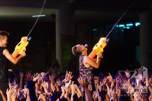 Dàn nghệ sĩ rủ nhau chơi bắn súng nước với khán giả tại phần kết liveshow.