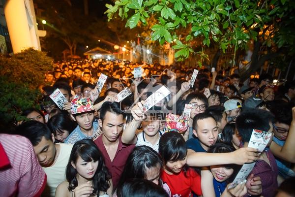 Khán giả chen nhau xếp hàng dài trước 2 tiếng khi liveshow bắt đầu.