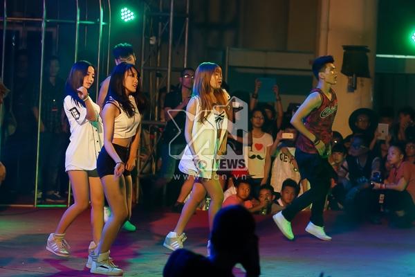 "St. 319 nhảy cover ""Come back home"" của 2NE1."