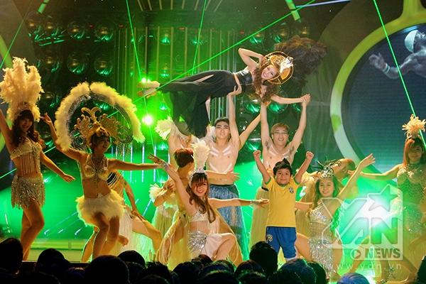 Vy Oanh nóng bỏng khi hóa thân thành Shakira.